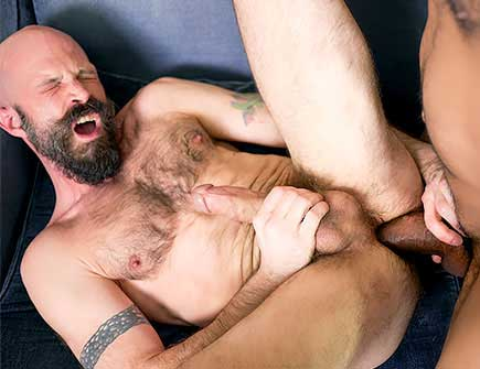 Mickey Carpathio thinks that he knows how to grow close to his bosses so he tried to seduce Saul Leinad into bareback. The black boss didn't refuse and was soon sucked off by his bald employee.